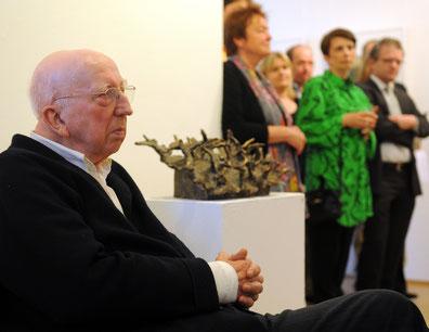 """Emil Cimiotti bei seiner Ausstellungseröffnung zu """"Emil Cimiotti - Wege zur Vollendung"""", Galerie OHSE, Bremen im Juni 2012 (Foto: Archiv Galerie OHSE)"""