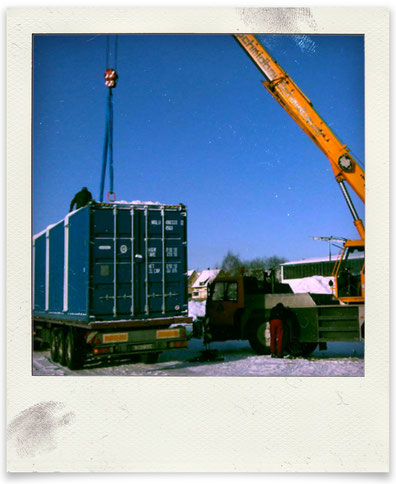 Anlieferung der vorab teilausgebauten Cargo-Container nach Villingendorf