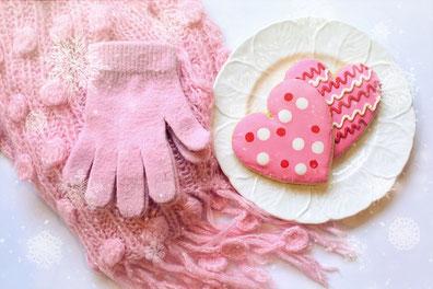 花びらが浮かんだ紅茶のカップ。アジサイの花。