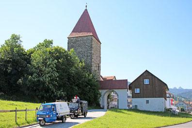 Die Drüradbrüedere vor dem Letziturm in Rothenthurm SZ