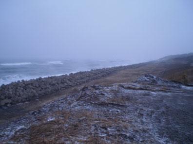 今日の日本海。海面の所々から、湯気が立ち上っていました