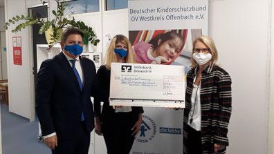 Auf dem Bild zu sehen Marc Pluschke und Jessica Enders von der Volksbank Dreieich und Claudia Schneider, 1. Vorsitzende des Kinderschutzbundes WKO