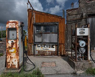 Tankstelle, Wales, alte Zapfsäulen