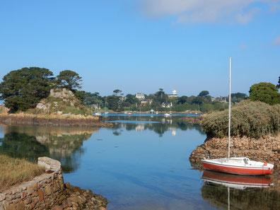 Ile de Brehat : des îlots de verdures et une jolie crique aux eaux limpides ou repose un voilier rouge