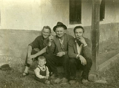 Sjeda na poceku slijeva na desno: Ban Pavao, Ivan Hađasija i Josip Balaško. Ispred njih: Vlado Franjević...
