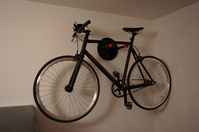 Wandhalter Wandmontage Halterung Fahrrad Rennrad Holz mit Beleuchtung LED Bike wall mount schwarz rot konfiguriert