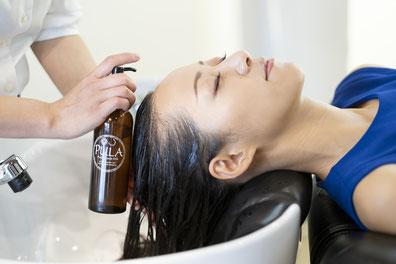 養毛,保湿,保水目的の頭皮用ローション,女性シーン