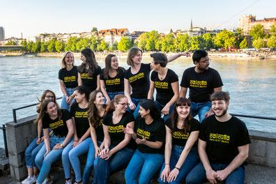 Team in Basel beim Verpacken des neuen Infobulletins
