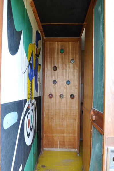 キャバノンの玄関、左はコルビジェが描いた壁画