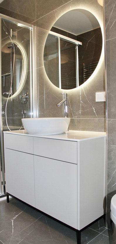 Waschbecken im Bad mit Spiegel von Objekt Raum
