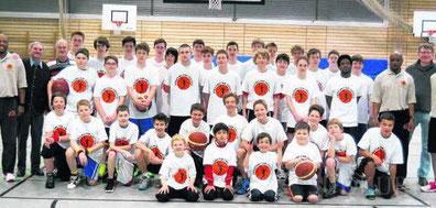 Jugendliche trainieren mit dem Basketball-Profi