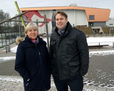 Michael Weinreich (MdHB) freut sich mit Beate Wagner-Hauthal von der ParkSportInsel über die Mittel für den Infopavillon
