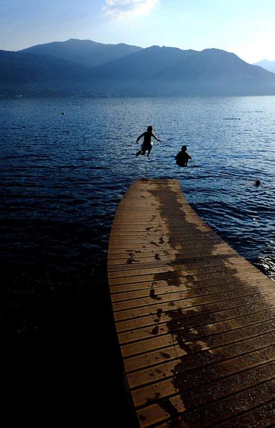 photographie, Italie, lac Majeur, Verbania, lac, ponton, plage, enfants qui sautent dans l'eau, montagnes, bleu, été, Mathieu Guillochon, ciel, vacances