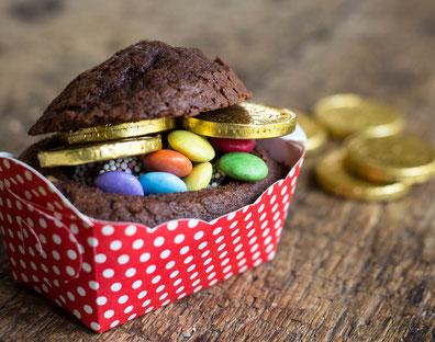 Mini Schokokuchen dekoriert als kleine Schatzkiste oder Schatztruhe