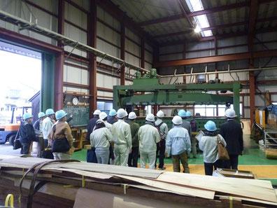 片桐単板工業の工場内 スライサー機の前 突板加工