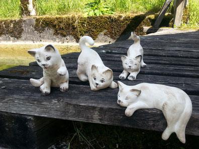 Katzen aus Keramik, verspielt, verschlafen, neugierig a`19,-