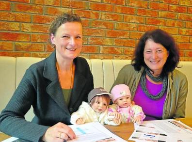 Beatrix van Ooyen (links) und Christine Kunert freuen sich über die Puppen, deren Anschaffung sie fürs Demenz-Café ermöglichten.