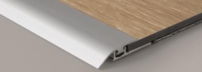 Vloer met een eindstuk profiel voor laminaatvloer in de aanbieding bij premium floors verwijzing naar de pagina van plinten en profielen