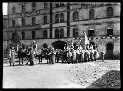 Mitglieder des Pfeifenclub Erfenschlag vor der Walzenmühle - 1936