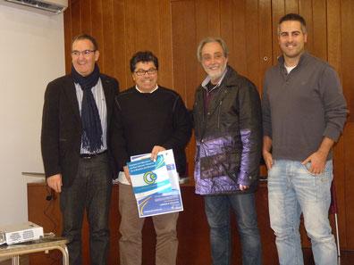 El Sr. Miquel Calm lliurant el certificat a l'equip d'EduCA Viladrau