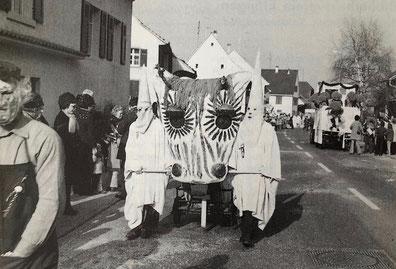 "Das ""Näbegrabe-Tier"" am Fasnachtsumzug 1968 (Foto: Frau M. Muster)"