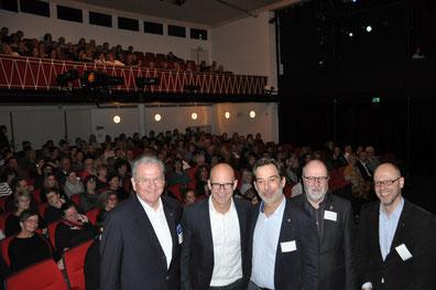W. Dressler (v.li.), I. Nürnberger, P M. Sander, DG S. Mühlenweg u. A. Kupke (Lionshilfe) vor ausverkauften Theaterrängen