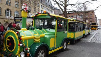 """Dicembre """"la bimmelbahn"""" si arriva ai tutti mercati natale in città."""