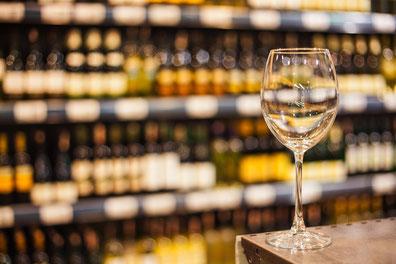 """Der Pfalzjahrgang 2018 lässt Spitzenweine erwaten. Ins Glas kommt der """"Oechlsekönig""""."""