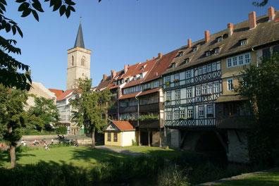 Die berühmteste Erfurter Brücke ist die Krämerbrücke. Im Jahre 1117 erstmals als Holzbrücke erwähnt, wurde sie 1325 aus Stein errichtet. Sie ist die einzige vollständig mit Häusern bebaute und bewohnte Brücke nördlich der Alpen. (C) Stadtverwaltung Erfurt