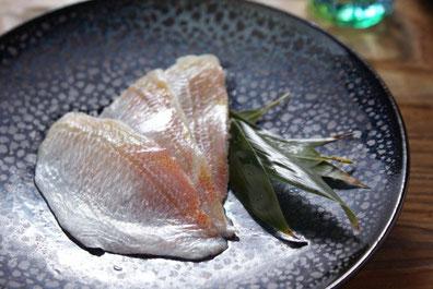 天たつの小鯛ささ漬はお酢の酸味がツンッとこない甘酢のまろやかな甘み昆布の旨味がきいたお酒の肴にもダシ茶漬けなどにしてもとても美味しい一品です