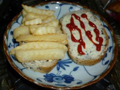 パンにマーガリンを塗って、塩を振りかけて、トマトケチャップをかけて、チップスをサンドウィッチします。
