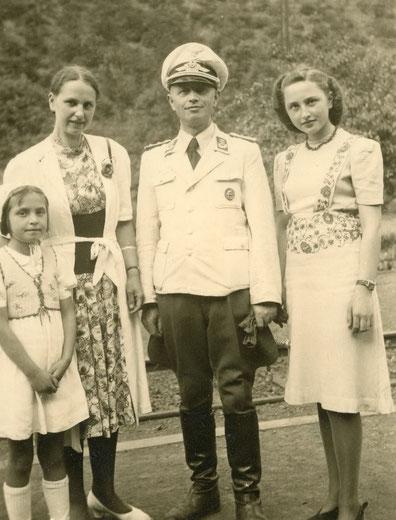 Liselotte (rechts) mit Eltern und Schwester Ingrid 1943