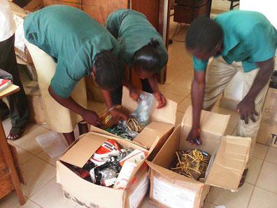 Les élèves ouvrent les colis envoyés par AFT