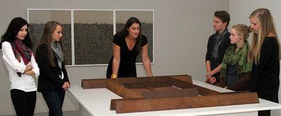 Abb.: Stefanje Weinmayr mit Museumsbesuchern.  Foto: Skulpturenmuseum im Hofberg, Landshut
