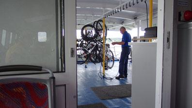 Hat das einen bestimmten Grund, dass unsere Räder so festgezurrt werden?