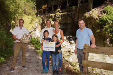 Im Bild: Wolfgang Fegg, Geschäftsführer vom Salzburger Saalachtal Tourismus (li.) und Bürgermeister Josef Hohenwarter mit Familie Grimser, den dreimillionsten Besuchern der Seisenbergklamm.