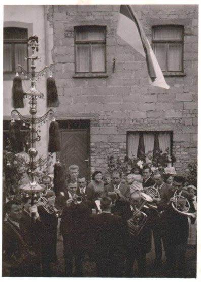 1952 - Der Schellenbaum wird wieder präsentiert, ca. 12 Musiker sind noch aktiv