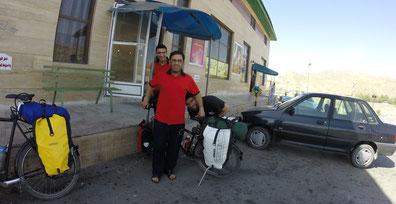 老板儿子及他小卖部的员工...仔细看照片某位置还有个游客