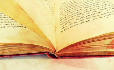 Buchseiten in der alten Schrift