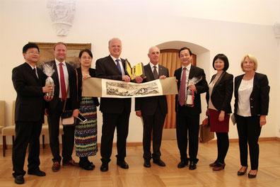 Bgm. Dr. Reinhard Resch (Mitte), Stadtrat Dr. Wolfgang Chaloupek (4.v.r.), Dr. Thomas Höhrhan (2.v.l.) und Gemeinderätin Gertrude Boyer (rechts) begrüßten die chinesische Delegation aus Hangzhou. © Stadt Krems.
