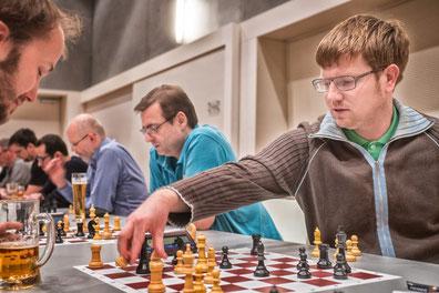 Während Florian sich auf dem Weg zu einer IM-Norm befindet, läuft Harrys Schachmotor nicht rund