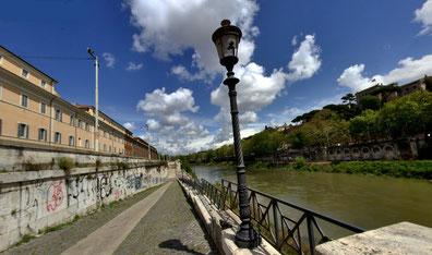 Banchina del Porto di Ripa Grande e i Muraglioni del Tevere