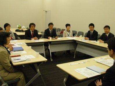 規制庁と交渉する参加者ら(参議院会館)