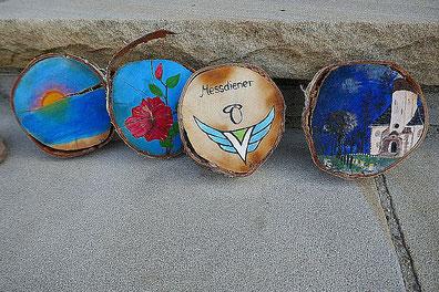 Von Messdienerinnen und Messdienern bemalte Baumscheiben