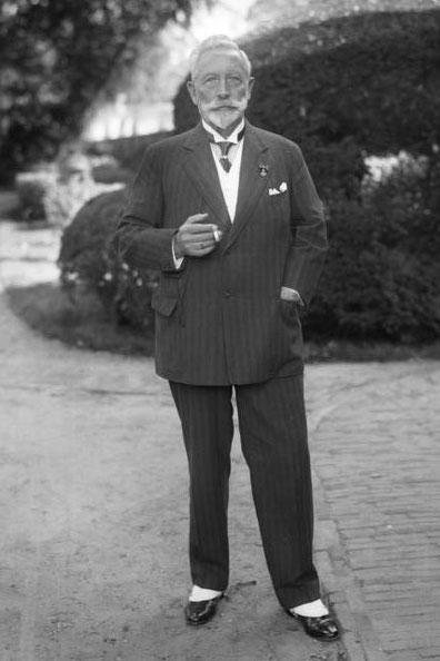 Der Kaiser in Zivil mit Zigarre. Haus Doorn 1933