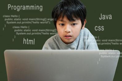 子どもの背景にプログラミング言語が浮かんでいます
