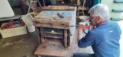 Michel Salvat démonte la base de la pompe anglaise.
