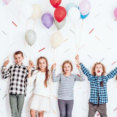 Vier Kinder mit Ballons