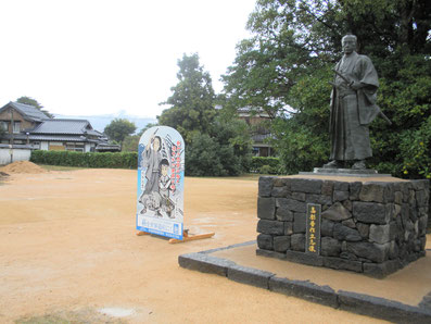 世界遺産 萩城下町 晋作広場の遊歩道と立志像の下