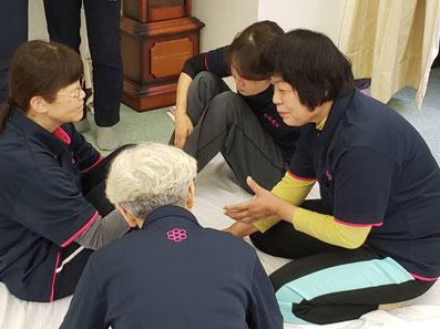 しんそう京都研修会では、手足のバランスから身体の歪みを調整していくしんそう療方を、習うことができます。